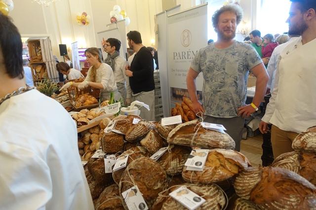 Im Vordergrund Brot von Georg Öfferl, dahinter Wiens neuer Starbäcker Paremi © f2m