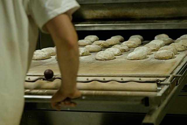 Einschießen des Brots in den Ofen © Bubner