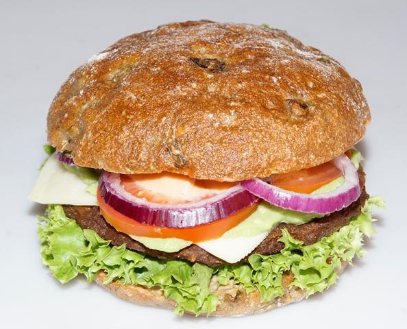 Den Lausitzer Luther-Burger mit Gurkenbrot-Bun gibt nur an speziellen Burger-Tagen. Er kostet 4,50 EUR © Bubner