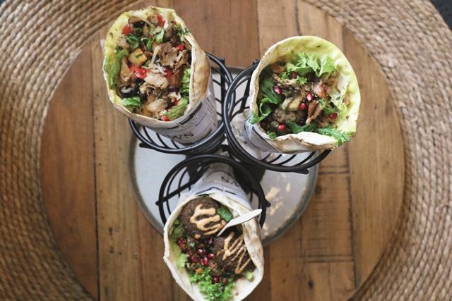 Die zur Tüte gerollten Fladenbrote werden mit Salat, gegrilltem Geflügel- oder Kalbfleisch oder mit Falafel gefüllt. Das i-Tüpfelchen sind die Toppings. © Back-Factory